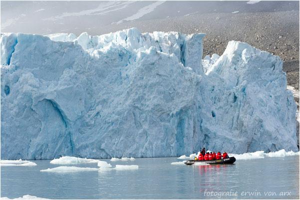 Monacobreen, gewaltige Eismassen werden ins Meer geschoben