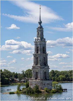 Unterwegs. Der Glockenturm der in den Fluten versunkenen Nikolaikirche von Kaljasin