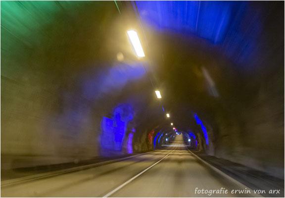 Es gibt zwei Tunnels die führen unter denm Meer durch