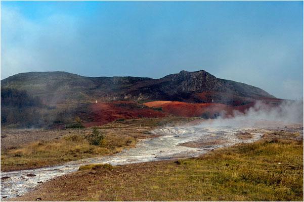 Island, Geysir, wo die Erde dampft und sprudelt, farbige Erde