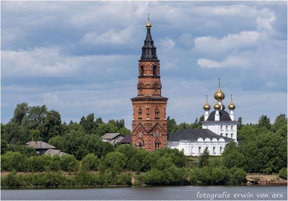 Unterwegs. Entlang des Rhein-Wolga-Kanals sehen wir unzählige Kirchen