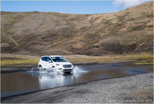 Landmannalaugar, etliche Bäche, verschieden tief und breit, mussten durchquert werden