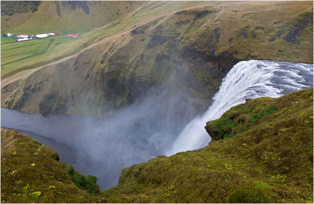 Island, der Skogafoss stürzt in die Tiefe
