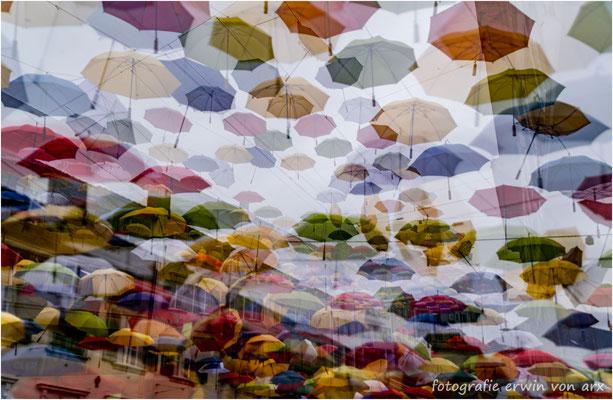 """Das """"Schirm-Dach"""" über der Kirchgasse in Olten bei Wind, Regen und Experimentierfreudigkeit"""