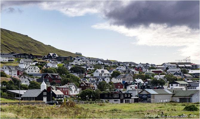 Das Dorf Sorvágur. Oben rechts sieht man die Start- und Landepiste