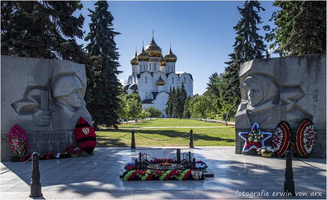Jaroslawl. Soldatendenkmal und die Himmelfahrts-Kathedrale