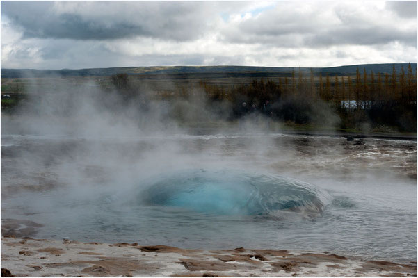 Island, Strokkur, die Blase wird schnell grösser
