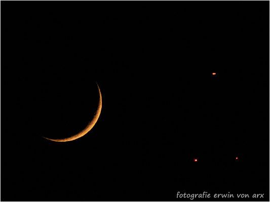 Mondsichel neben den Lichtern des Sendeturms auf der Froburg