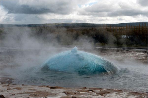 Island, Strokkur, innert Sekundenbruchteilen explodiert die Blase