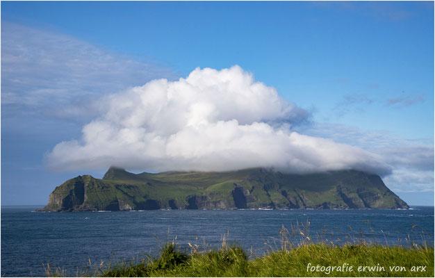 Die Vogelinsel Mykines mit einem Wolkenhut