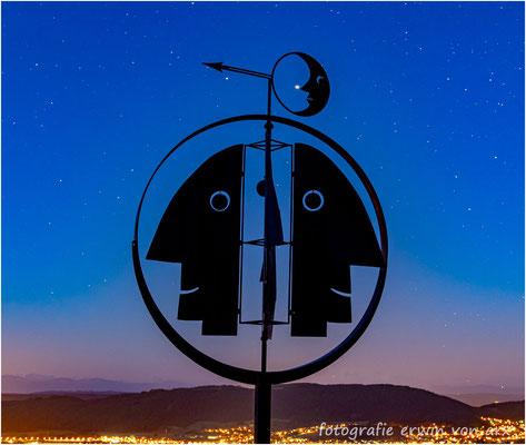 Kunstwerk von Paul Gugelmann beim Schloss Wartenfels, der Jupiter klebt an der Nase des Mondes, beim Pfeil ist der Saturn zu sehen