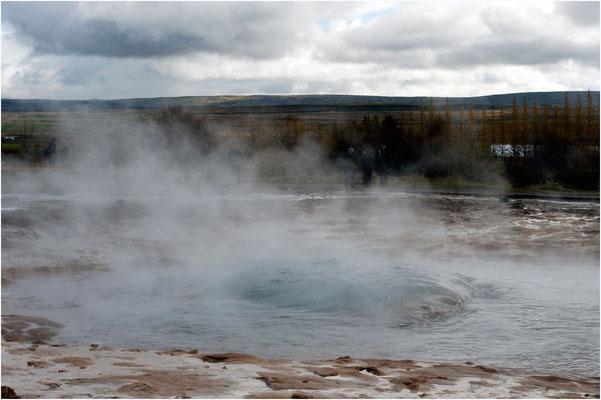 Island, der Strokkur am Anfang des Ausbruchs, es bildet sich eine Blase