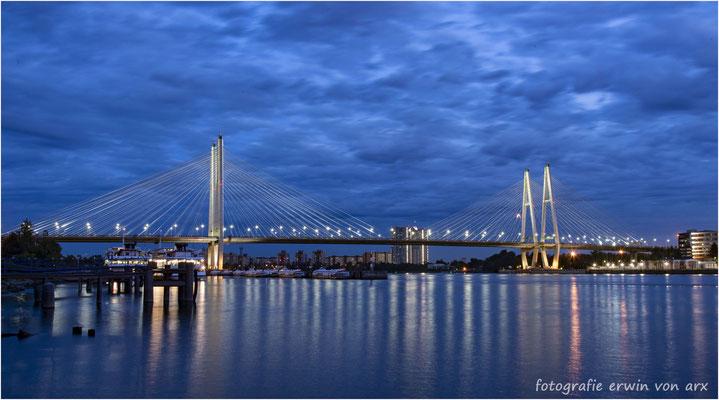 St. Petersburg. Die Autobahnbrücke über der Newa