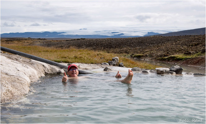 Hveravellir, Geothermal area, Erhohlung im Hotpot, im Hintergrund der Hofsjökull