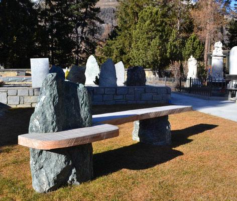 Sitzbankgruppe - Marmorera Felsen mit Lärchenholz
