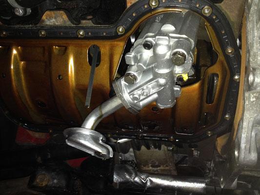 """Die neue Ölpumpe im eingebauten Zustand, darüber kann man gut den damals verbauten """"Ölhobel"""" sehen..."""