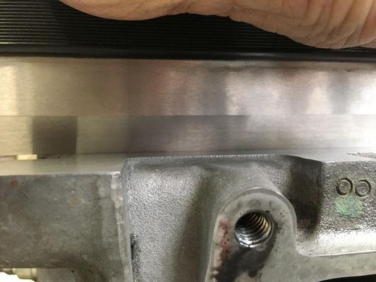 Haarlineal auf dem Zylinderkopf nach dem reinigen der Dichtfläche mit Schleifvlies....