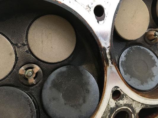 Steg zwischen 3 und 2 Zylinder am Zylinderkopf...