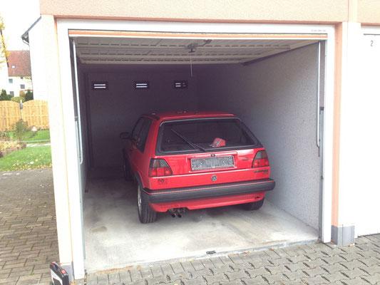 Da steht der 16V nun in seiner eigenen Garage...! ;)