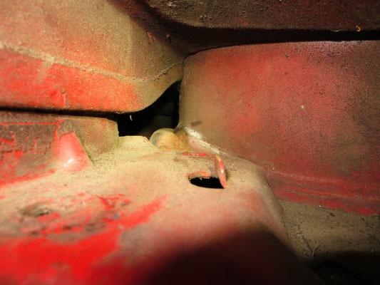 Die Hohlräume der Längstträger, hier die rechte Seite mit leichtem Rostansatz, welcher noch so gerade mit einem in Owatrol getränkten Pinsel erreicht werden konnte...