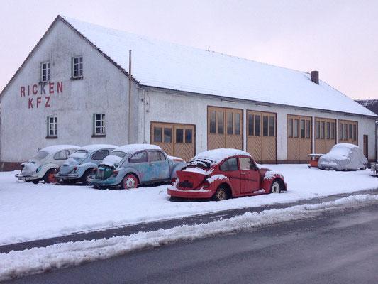 Bei Medebach: dort standen insgesamt 5 VW Käfer in unterschiedlichen Verfallszuständen vor einer alten KFZ-Werkstatt...