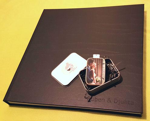 Houten USB 6 cm x 4 cm & Album met leren cover 30 x 30 inclusief namen in de kaft