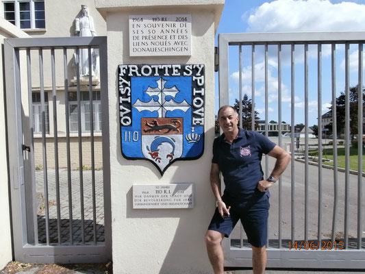 16 juin 2015 : Le CNE Maltaverne, jeune retraité, devant l' entrée Foch. C' est la première photo prise devant l' entrée Foch après l' inauguration de la plaque commémorative. Après avoir plié le drapeau du 110, il entre une deuxième fois dans l' histoire