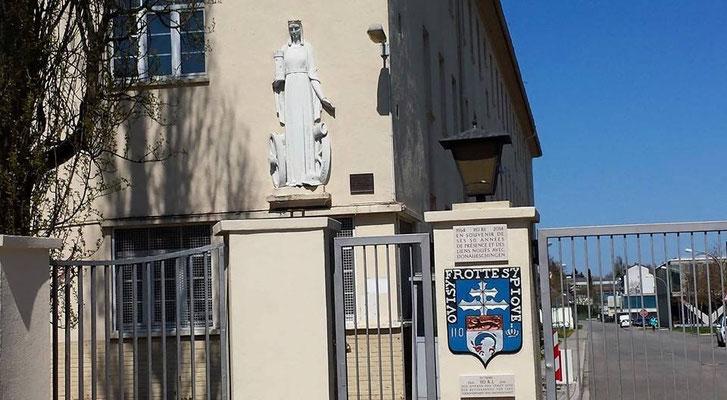 23 avril 2015 : entrée Foch, insigne du 110° R.I., plaques commémoratives pour les 50 ans de présence et statue de Barbara.