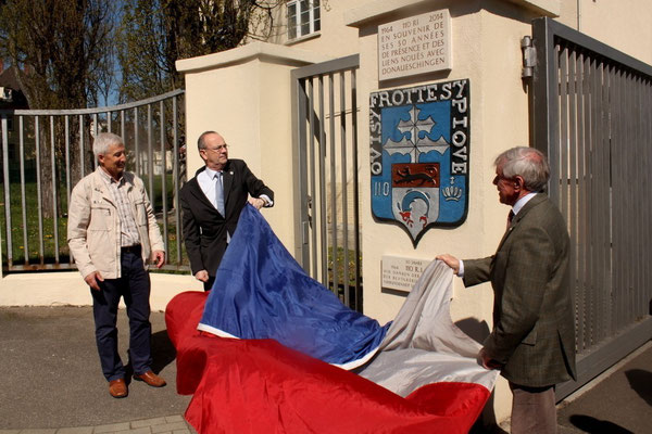 23 avril 2015 : inauguration de la plaque commémorative des 50 ans du 110 par les colonels Pellabeuf et Broda.
