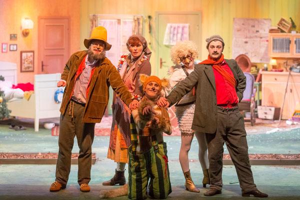 Dennis Pfuhl (Pettersson), Gisa Kümmerling (Frau Andersson), Sebastian Schlicht (Findus), Stephanie Braune (Prillan), Benjamin Muth (Gustavsson); © Dirk Rückschloß/BUR
