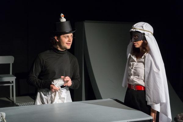 Benjamin Muth (Kneipier), Marie-Louise von Gottberg (Katharina Blum); © Dirk Rückschloß/BUR