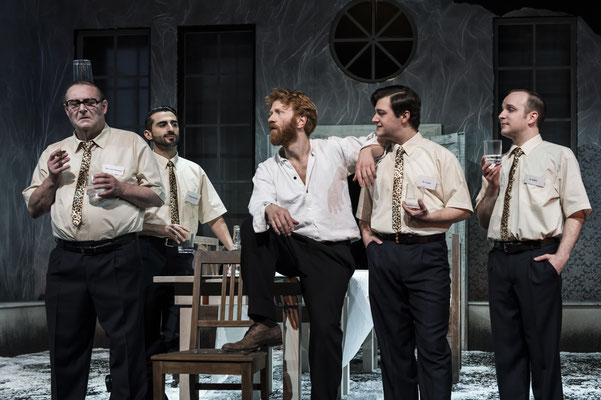 Christoph Sommer (von Eberkopf), Metin Turan (Trumpeterstraale), Volker Muthmann (Peer), Benjamin Muth (Mr. Cotton), Ben Knop (M. Ballon); © Landesbühne Niedersachsen Nord