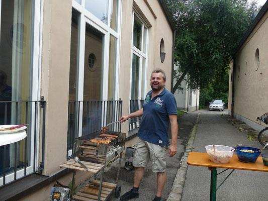 2018 07 06 Pfarreigrillen mit Kolping unser Chef-Griller in Aktion