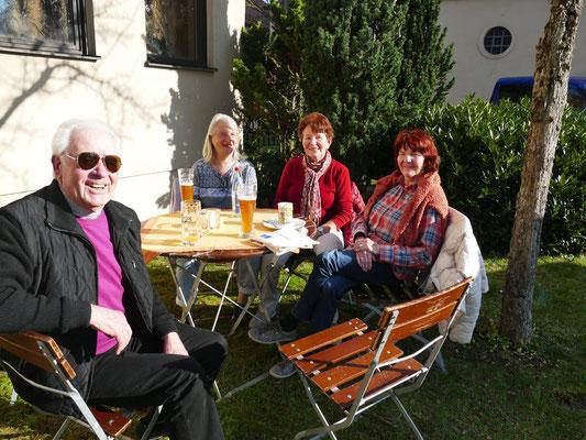 2019 03 23 Kolping und Frauenbund Kaffeebereich vor dem Pfarrheim nach der Lektüre der Infostände