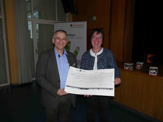 Die Kolpingfamilie überreicht eine Spende an Franz Mayer für die Rudolf Geiselberger Stiftung Zweckgebunden an das Projekt Südafrika
