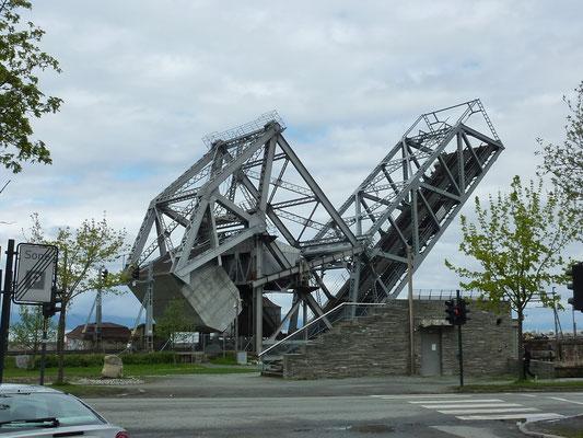"""die Eisenbahnbrücke """"Skansenbrua"""" wird gerade hochgeklappt"""