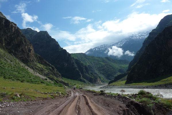 im Panj-Tal angekommen - von nun an verfolgen wir die tadschikisch-afghanische Grenze (der Fluss) für ca. 300km