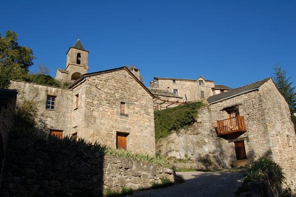 La montée vers l'église de Cantobre