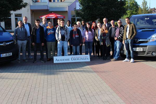 Die Last-Minute-Bus-Tour startete mit 13 jungen Teilnehmern am Staßfurter Standort der Akademie Überlingen.