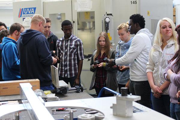 Ein Mitarbeiter der Möller Industrietechnik GmbH erklärte Maschinen und Produkte des Unternehmens.