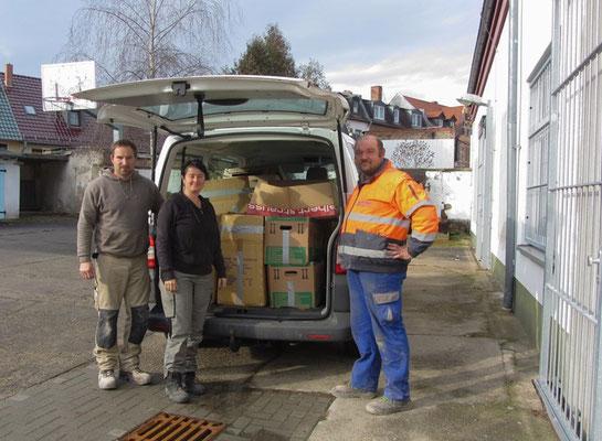 Fotos: Kreisarchiv SLK  Ein Kleintransporter war notwendig, um das gesamte Aktenmaterial in das Kreisarchiv zu bringen. Herr Vollert, Frau Gust und Herr Schlömer bei der Anlieferung.