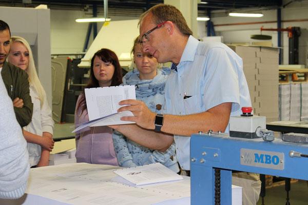 Der Geschäftsführer der Salzlanddruck GmbH & Co. KG Christian Heinrich erläuterte beim Firmenrundgang die einzelnen Zwischenschritte bis zum fertigen Druckerzeugnis.