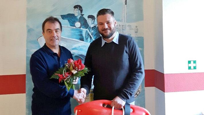 Symbolhafte Übergabe der Rettungsboje des ehemaligen Vorsitzenden, Martin Schulz, an seinen Nachfolger Dr. med. Rainer Temm (links im Bild)