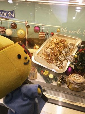 羽田空港で東京のおみやげを吟味