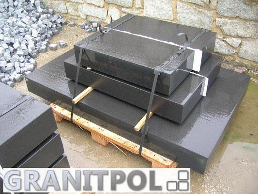 Schwarze Blockstufen aus Granit