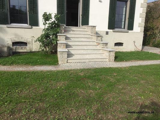 Pflastersteine eingangsbereich  Eingangsbereich aus grau-braunem Granit - Granitpol.de