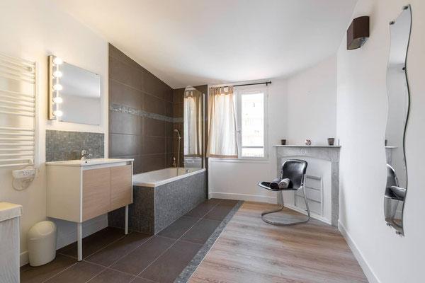 La salle de bain est placée dans la grande chambre afin de ne plus avoir de pièces borgne