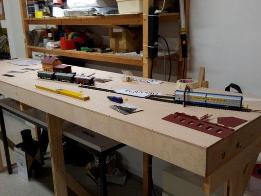 Die ersten Arbeiten an den Gleisen auf dem fertigen Anlagen-Tisch.