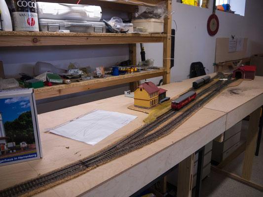 Einige Wochen später sind die Gleise befestigt und eingeschottert.