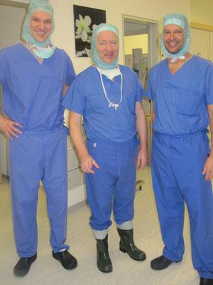 Dr. Hopp mit Prof. Michael Strobel und Dr. M. Essig (DVOST Reisestipendium), man beachte die tollen OP-Gummistiefel ;)